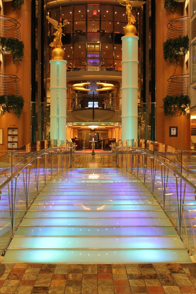 The beautiful bridge on the Royal Promenade with Guest Relations on one side and the R Bar on the other.
